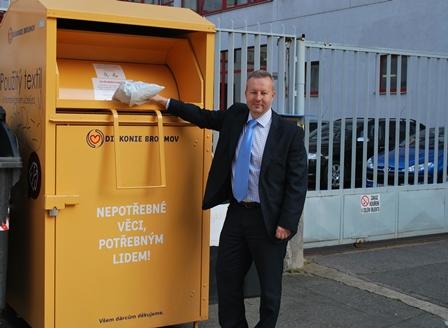 MŽP jde při přípravě Programu předcházení vzniku odpadů příkladem: Před budovu dalo kontejner na textil