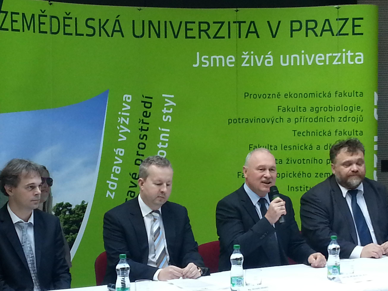 Další ročník kampaně za záchranu zvířat při sečích: Ministr Richard Brabec a rektor ČZU Jiří Balík ocenili nejlepší mobilní aplikace
