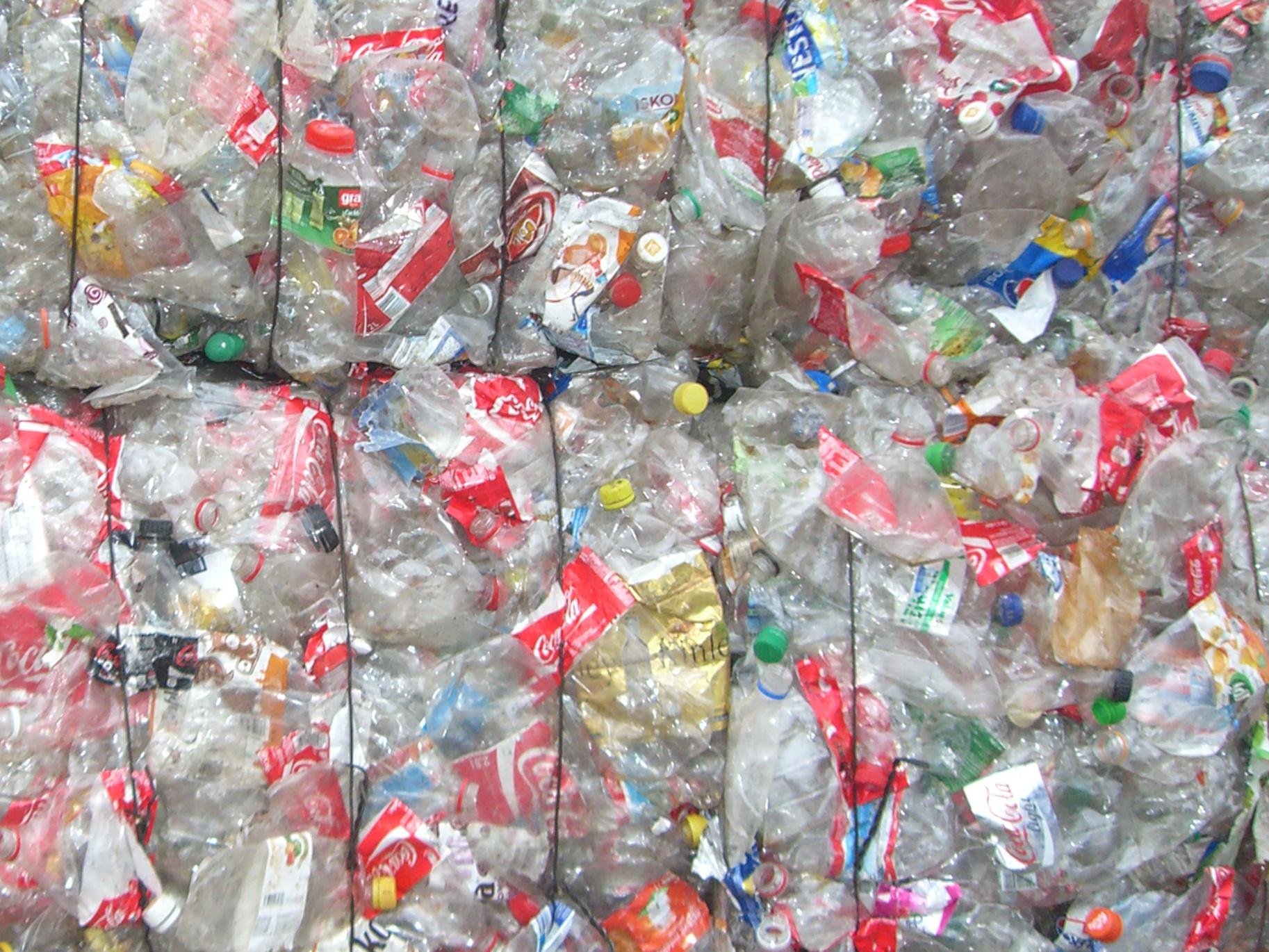 Vláda schválila novelu zákona o obalech. Zpoplatní povinně lehké plastové tašky