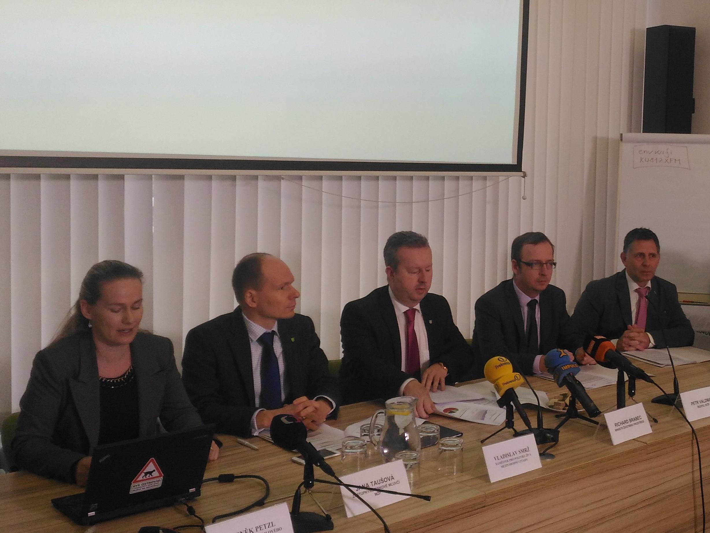 100 milionů pro obce a kraje na ekologická auta. Ministr Brabec zahájil příjem žádostí a podepsal memorandum s výrobci aut, plynaři a energetiky