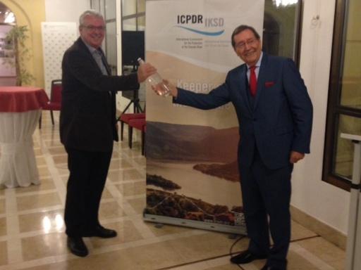 S lahví plnou vody z Dunaje ČR symbolicky předává EU předsednictví v Mezinárodní komisi pro ochranu tohoto veletoku