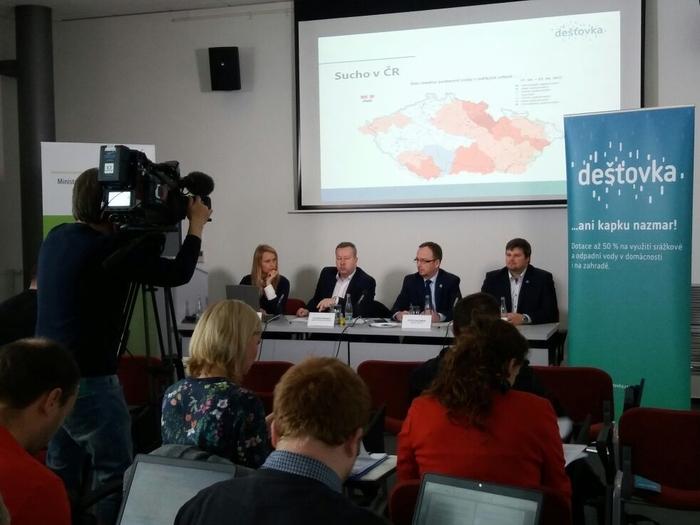 BOJ SE SUCHEM: MŽP a SFŽP ČR spouští celorepublikový dotační program Dešťovka
