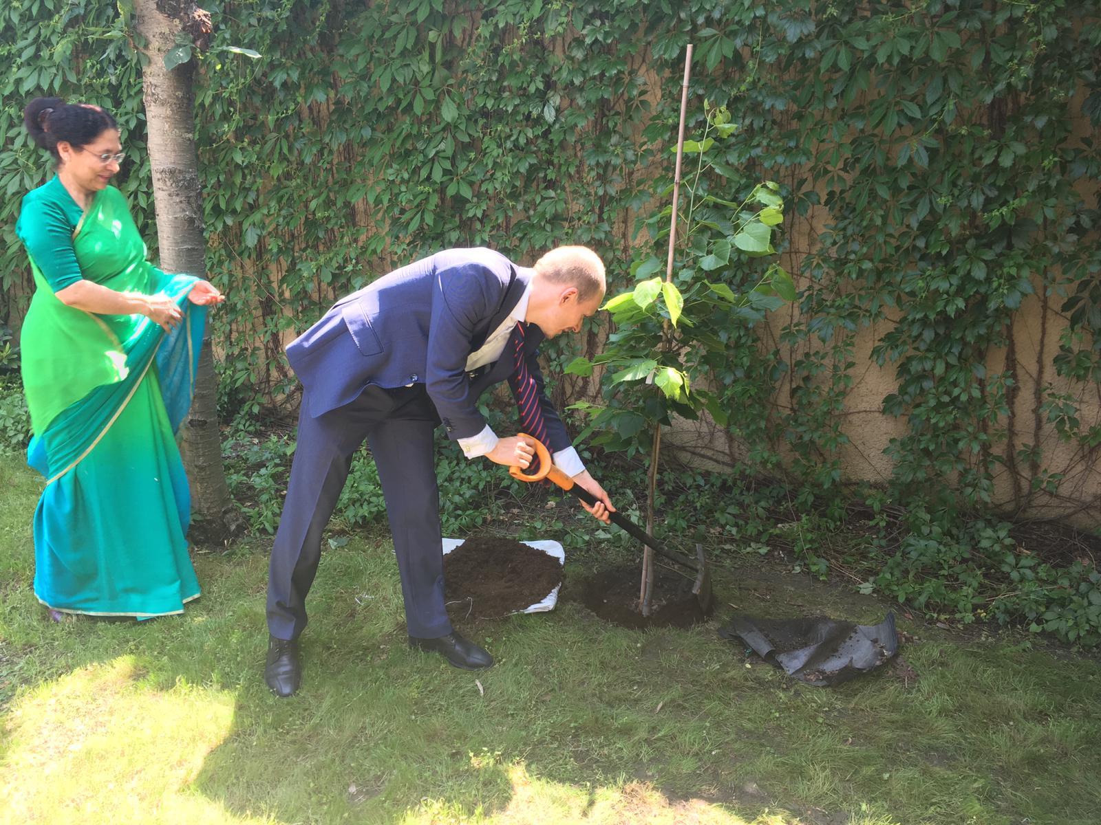 Dnes je Světový den životní prostředí. MŽP a indická ambasáda společně vysázejí 150 stromů