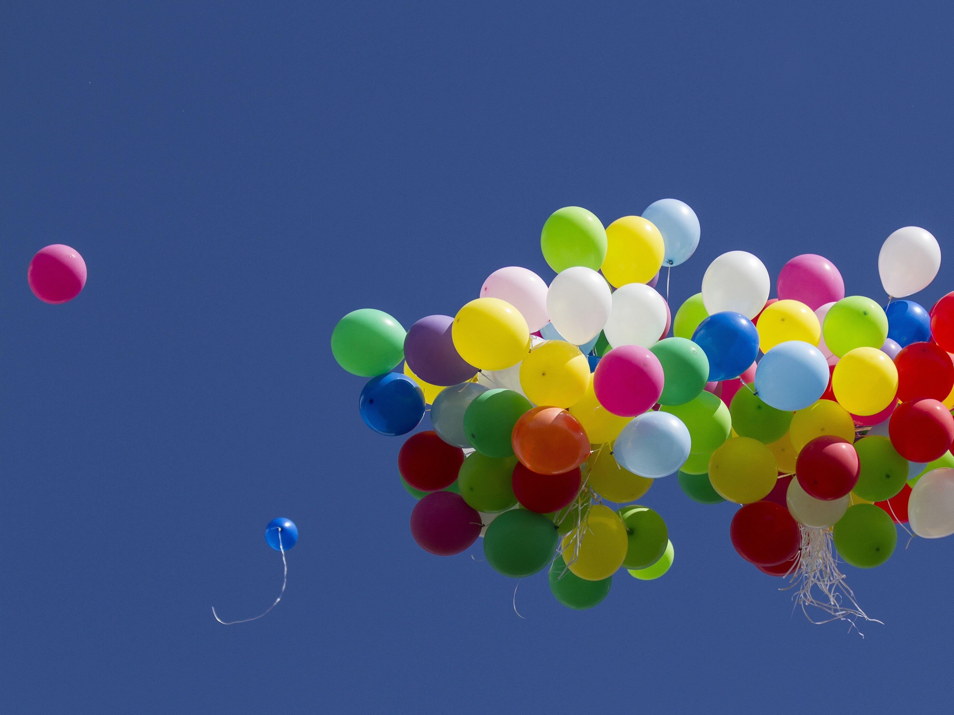 Vypouštění balónků nebo lampiónů do přírody není vhodnou oslavou