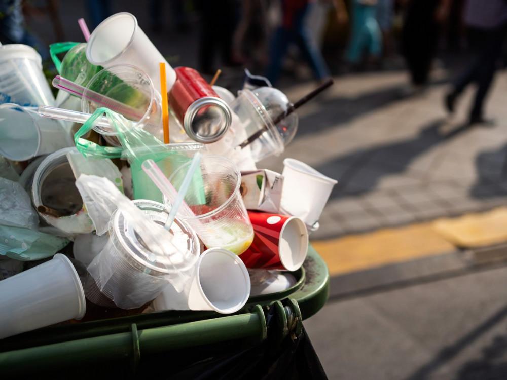Konec zbytečných plastových odpadů se blíží. Vláda schválila návrh zákona