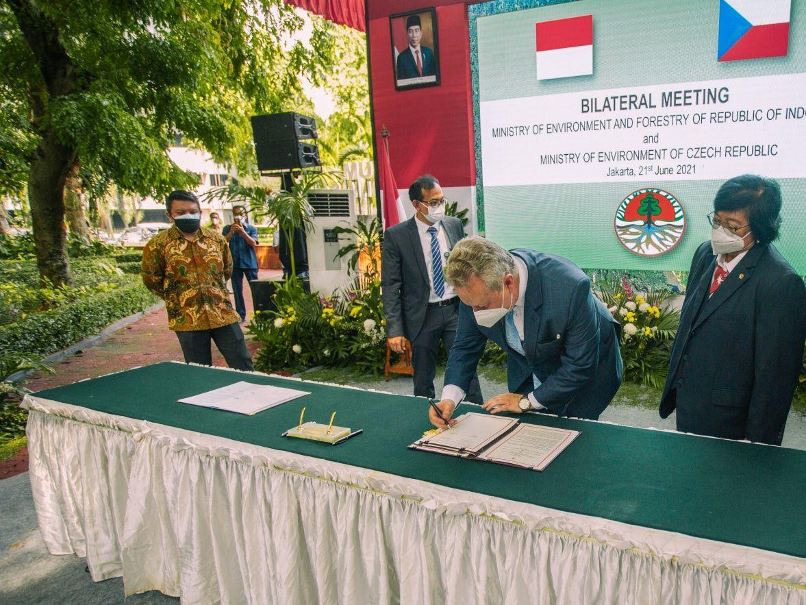 Ministr životního prostředí Richard Brabec navštívil záchranné centrum Kukang na Sumatře a podpořil ochranu outloňů i luskounů
