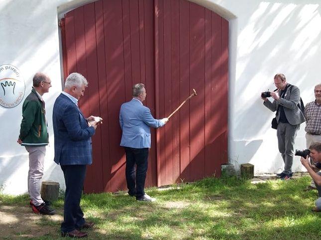 Ministr Brabec na Vysočině otevřel nový Dům přírody v CHKO Žďárské vrchy a navštívil lokalitu uvažované nádrže Stržský potok
