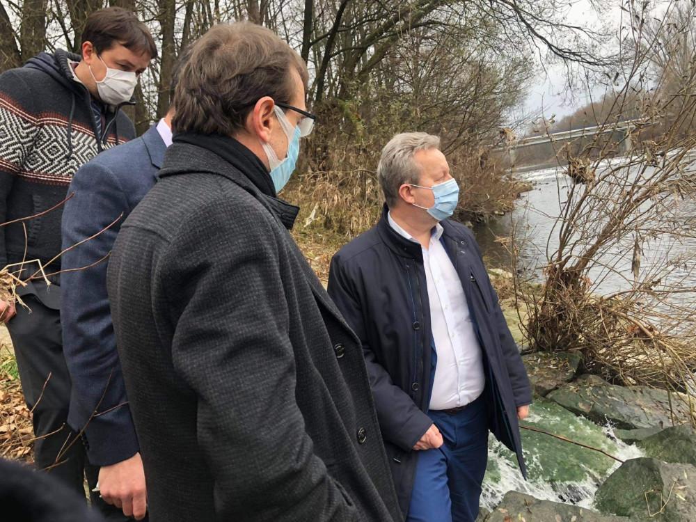 Ministr životního prostředí dnes ve Valašském Meziříčí diskutoval havárii na Bečvě