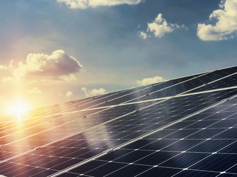 71 milionů do fotovoltaiky. Ministr Brabec schválil první projekty z Modernizačního fondu