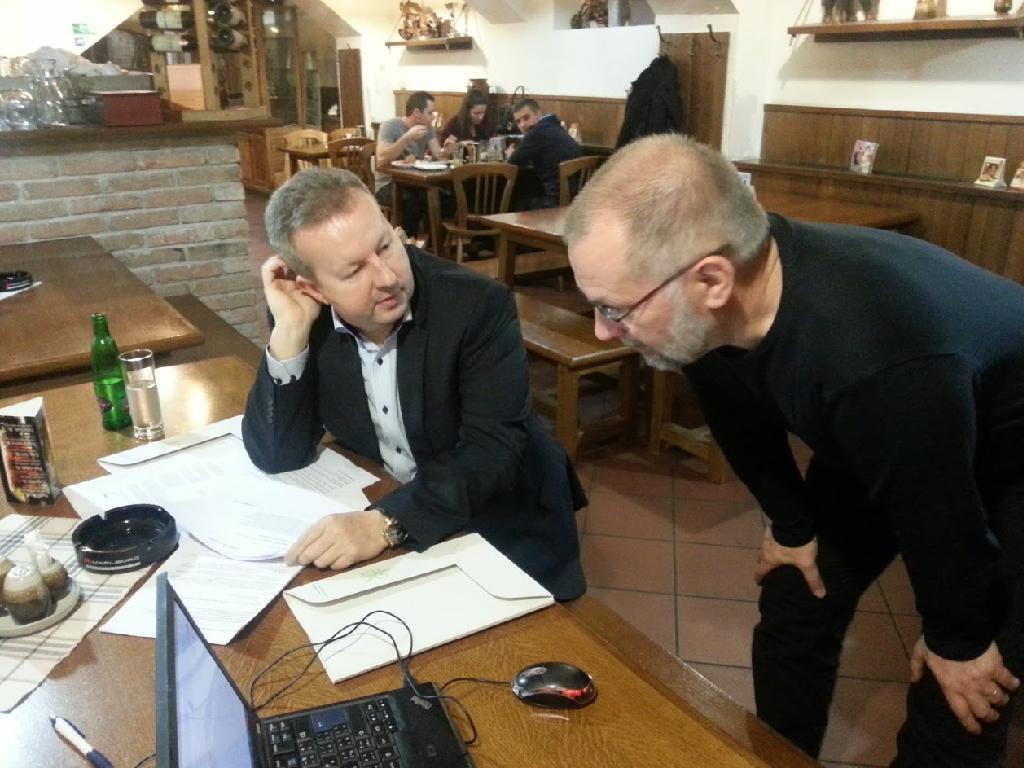 Ministr Brabec diskutuje s prezidentem festivalu L. Mikem na setkání poroty k vyhlášení vítězných filmů.